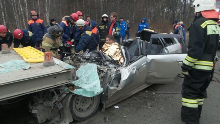 На Объездной спасатели разрезали легковушку, залетевшую под грузовик, чтобы извлечь раненого водителя