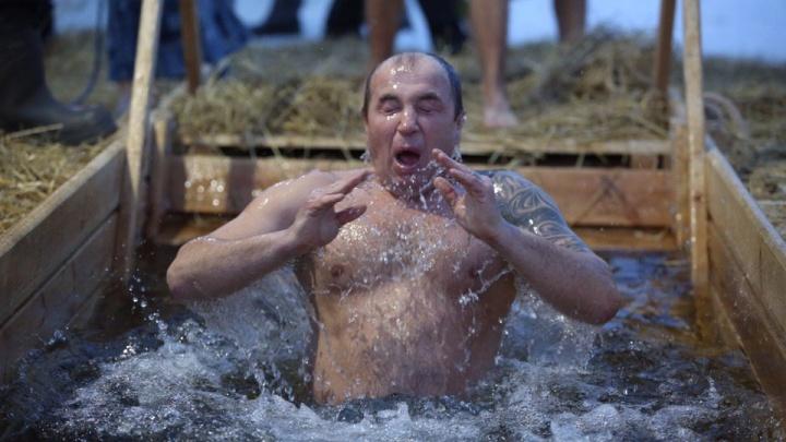 Все к воде: новосибирцы отмечают Крещение в прорубях