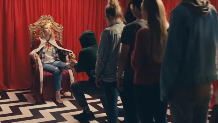 Монеточка выпустила клип на песню о безденежье, в котором снялась в образах королевы и ангела