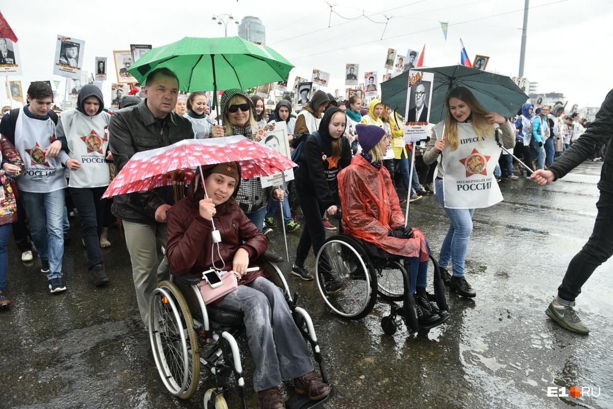 На прошлогоднем шествии девушки на инвалидных колясках двигались в начале колонны