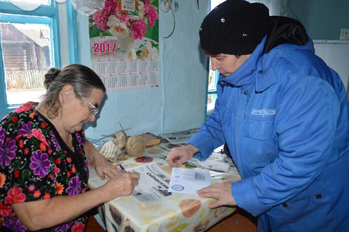 Ирина приносит почту —чаще всего это письма и районная газета «Сибирский труженик»