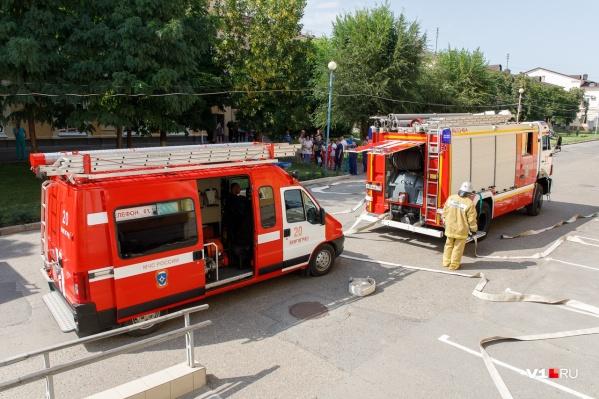 Днем к одному из корпусов стянули 13 пожарных расчетов