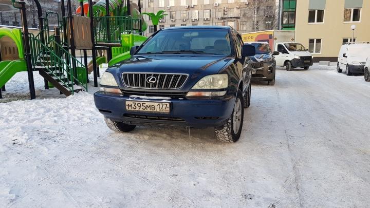 «Я паркуюсь как...»: «шах и мат» от автохама, инкассаторы на тротуаре и автобус на детской площадке