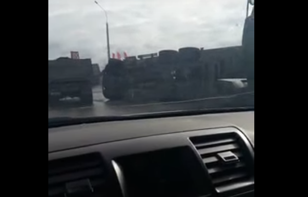 Длинномер лёг на бок возле въезда в Новосибирск: водителю потребовались врачи
