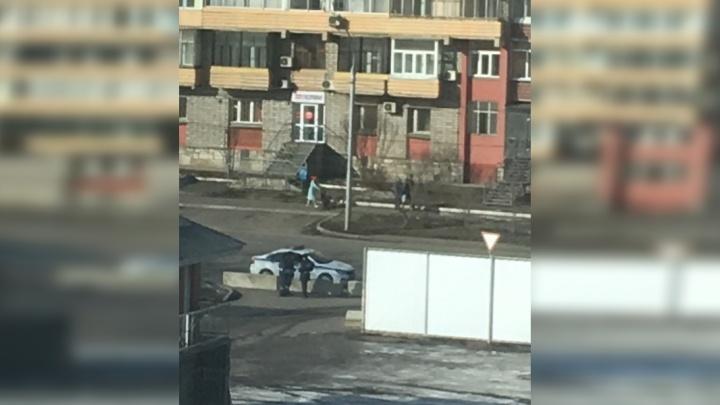 Проезд к домам на Октябрьской перекрыли бетонными блоками ради безопасности арены «Кристалл»