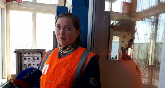 «Когда в легковушку врезается поезд, ее просто разрывает»: 5 историй дежурной по переезду в Кольцово
