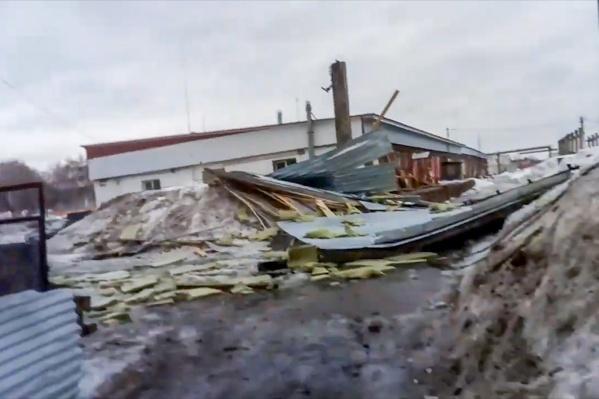Крышу снесло порывом ветра