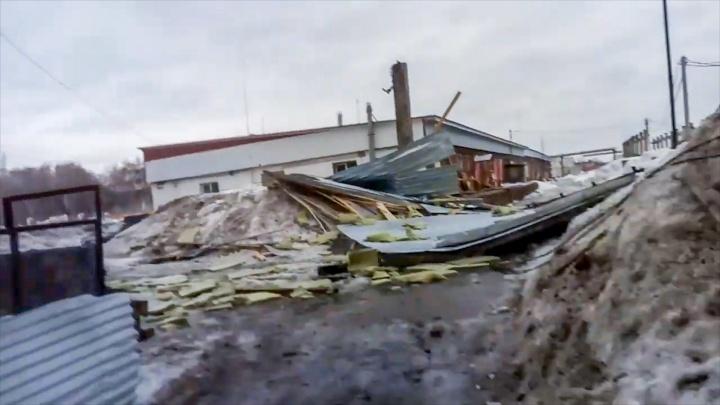 В Стерлитамаке ураган сорвал с дома крышу, последствия ЧП сняли на видео