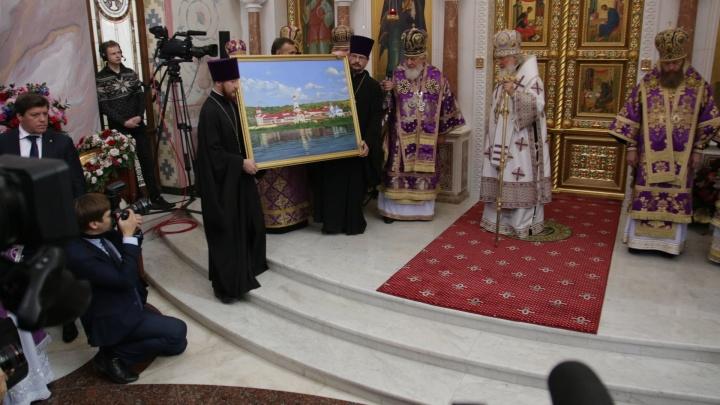 Подарили картину: в Софийском соборе Самары завершилась служба с участием главы РПЦ