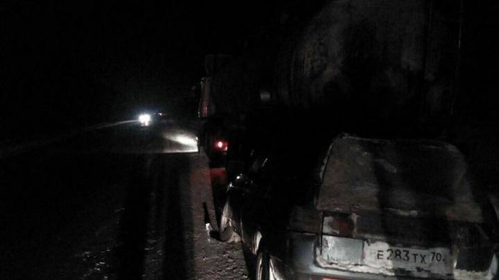 Пьяный водитель «Лады» и шесть пассажиров вылетели под грузовик: погибли женщина и ребёнок