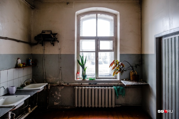 Мужчина с туберкулезом живет в коммуналке и может заразить соседей, в том числе двоих детей