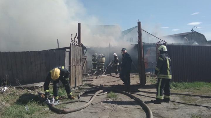 В Омске загорелся частный дом — пожарные вынесли из него три газовых баллона и мужчину