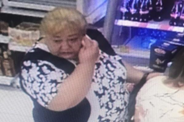 Это лицо обобравшей бабушку мошенницы. Полиция просит помощи в ее поимке