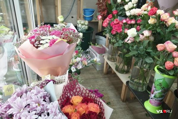 К 1 сентября розы и хризантемы стали самыми популярными цветами