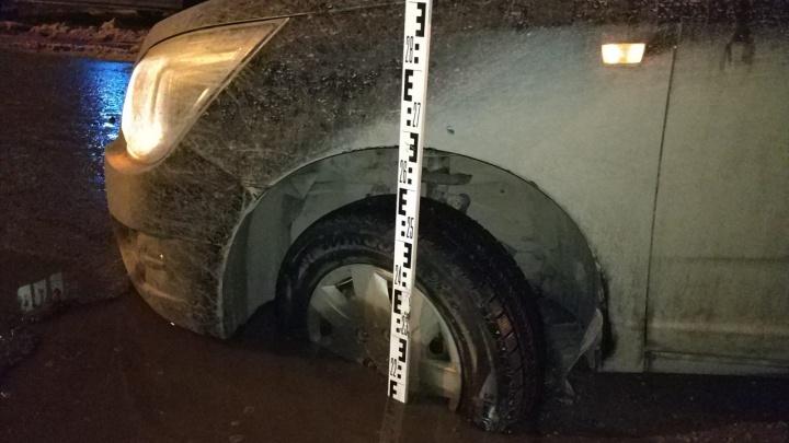 Тащили внедорожниками: в Челябинске иномарка угодила в дорожный провал