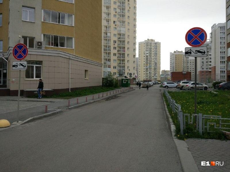 Недалеко от парковки есть знак, запрещающий остановку и стоянку. Но он распространяется только на проезжую часть