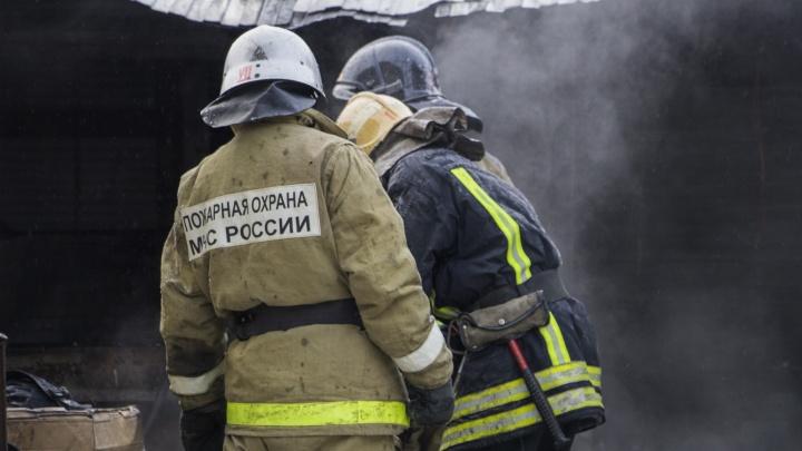 В Плесецком районе мужчину госпитализировали с серьезными ожогами. Он пытался спасти мать из огня