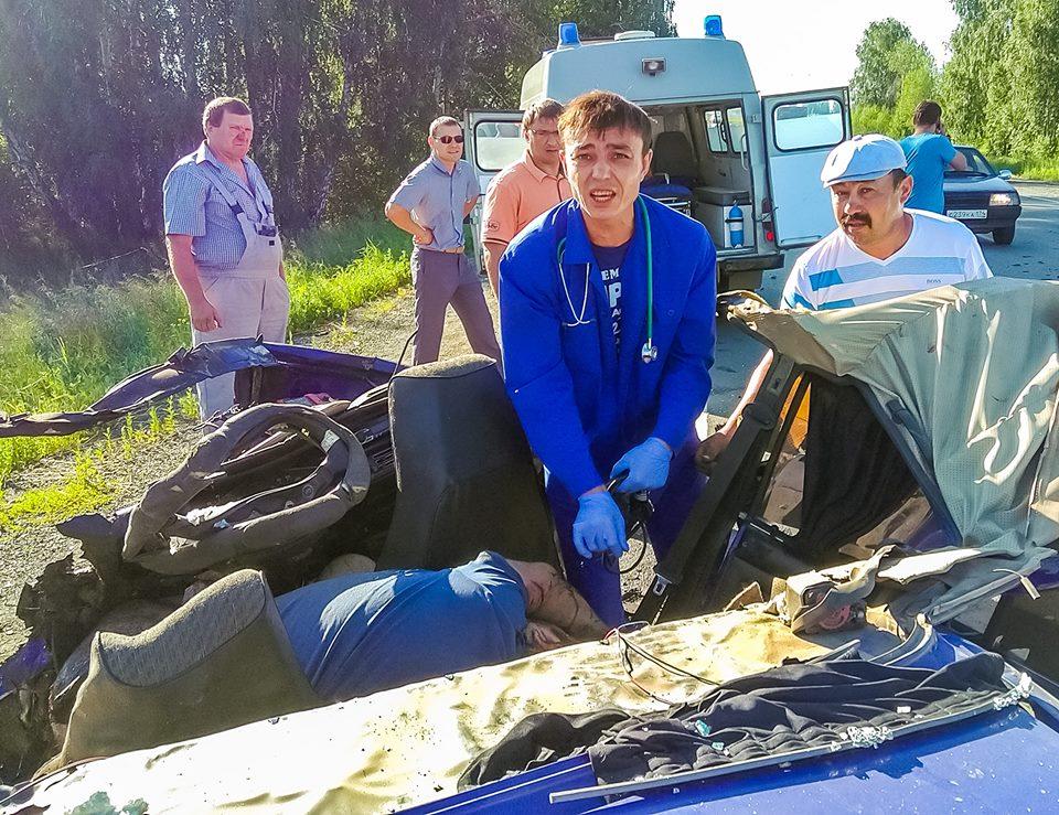 Фельдшер Алексей Сергеев попал в фокус внимания СМИ после самоотверженных попыток спасти пострадавших в тяжелой аварии