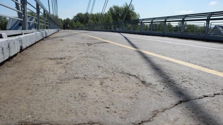 На Вантовом мосту появились опасные для велосипедистов ямы и выбоины