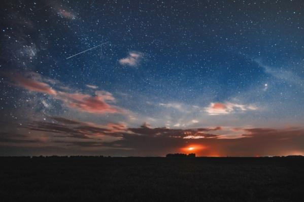 На фото — метеорный поток Персеиды в августе 2018 года