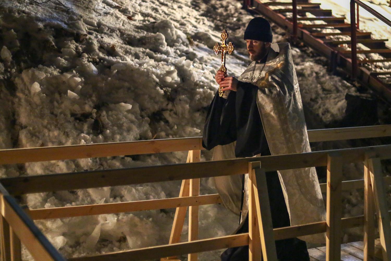 В крещенскую ночь у священников много работы. А вот снега и мороза, увы, немного<br>