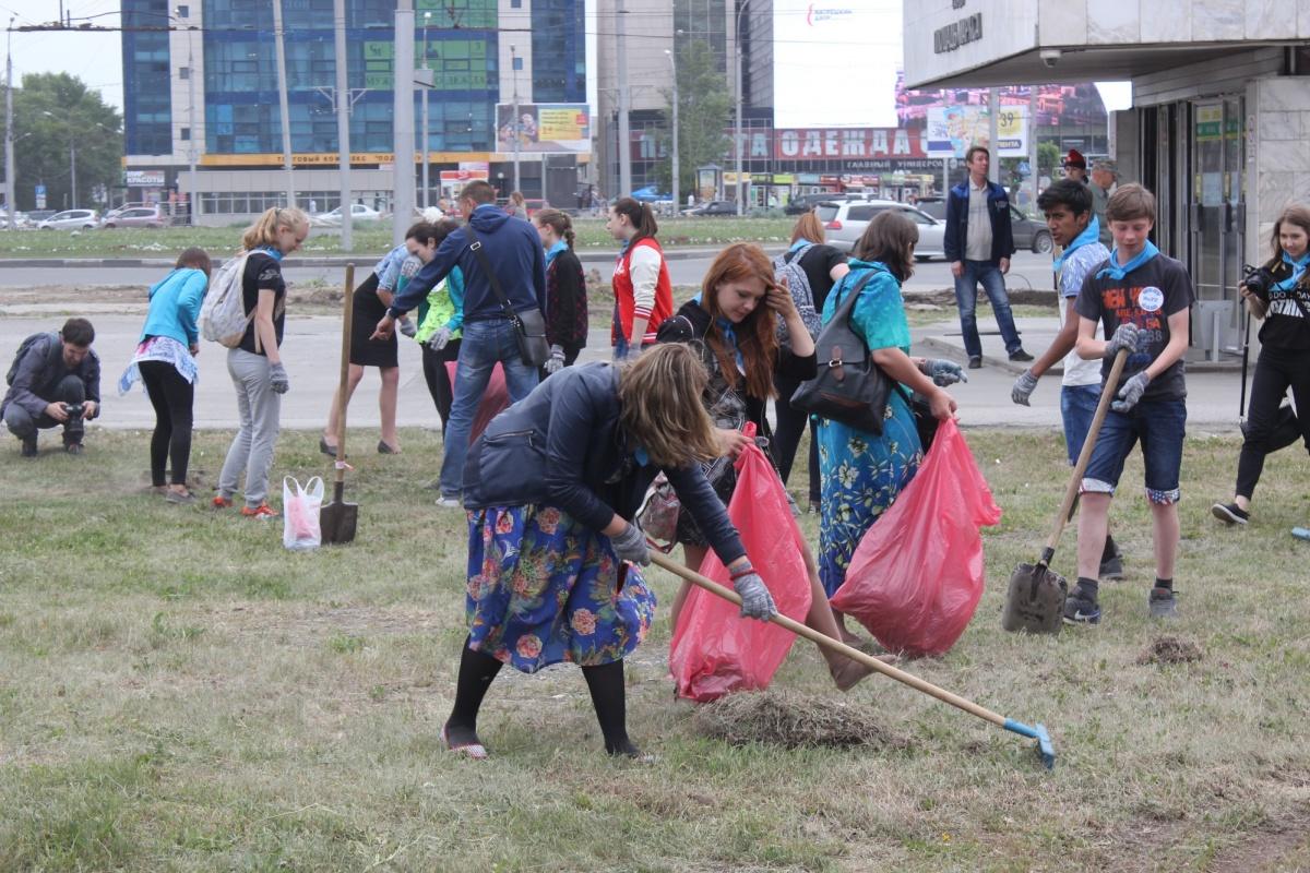Поскольку скорого превращения пустыря на Маркса в сквер ждать не приходится, волонтёры привели в порядок хотя бы пустырь. Фото Стаса Соколова