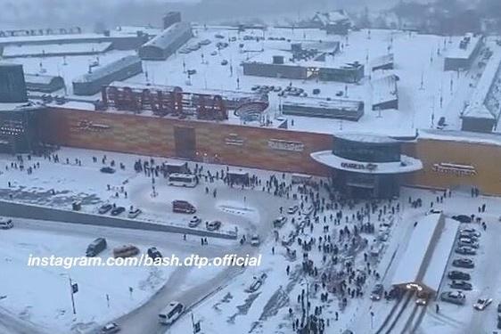 По словам очевидцев, множество людей стоят перед входом в ТЦ прямо сейчас