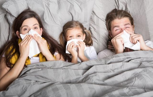 Носить повязку, открывать окна: специалисты рассказали, как не заразиться, если в семье все болеют