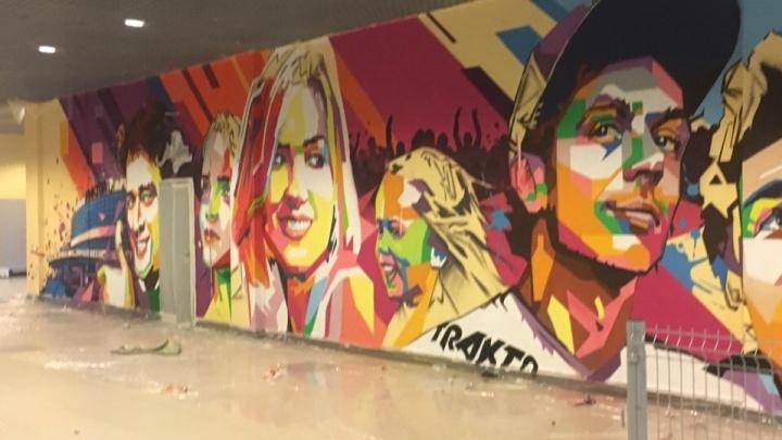 «Все свои»: челябинский художник украсил арену «Трактор» лицами фанатов