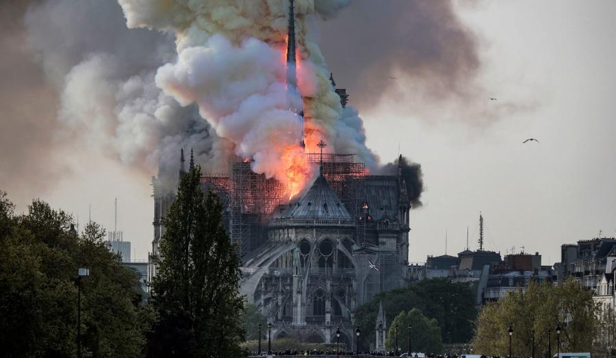 Полыхает храм Парижской Богоматери