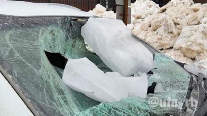 В Уфе ледяная глыба рухнула на автомобиль