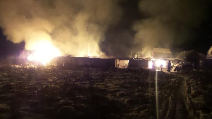 «Могли подойти со стороны леса и поджечь»: под Екатеринбургом дотла сгорели два жилых дома