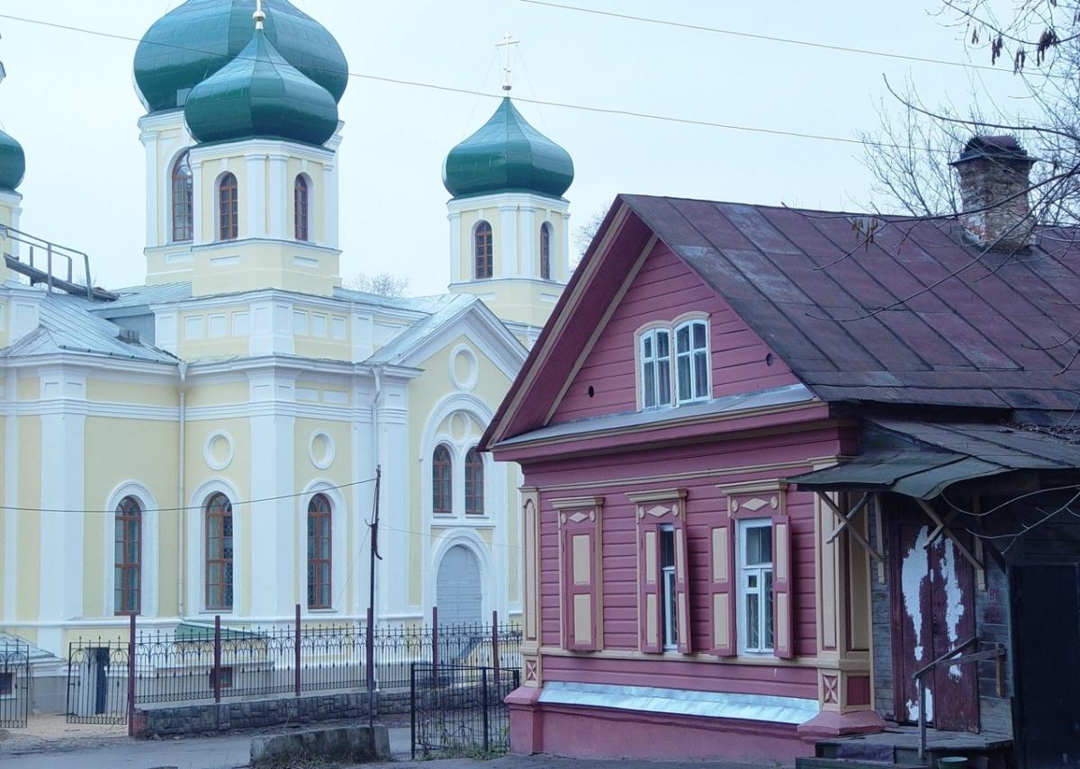 Дом на улице Короленко стоит совсем рядышком с восстановленным в прошлом году Домом Скворцовой