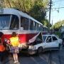 «Он так летел, это ужас просто»: на Юных Пионеров «Мерседес» врезался в трамвай