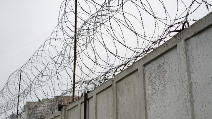 Врача в погонах оштрафовали на 5 тысяч за покупку копчёной колбасы для заключённого