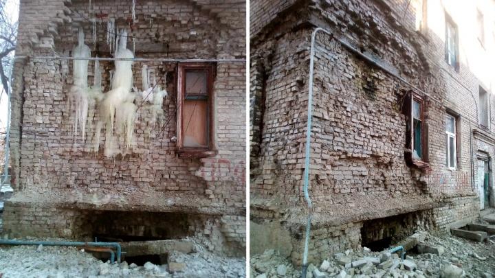 «Предлагали расселить»: мэрия заявила о нежелании волгоградцев покидать дом с растаявшей стеной