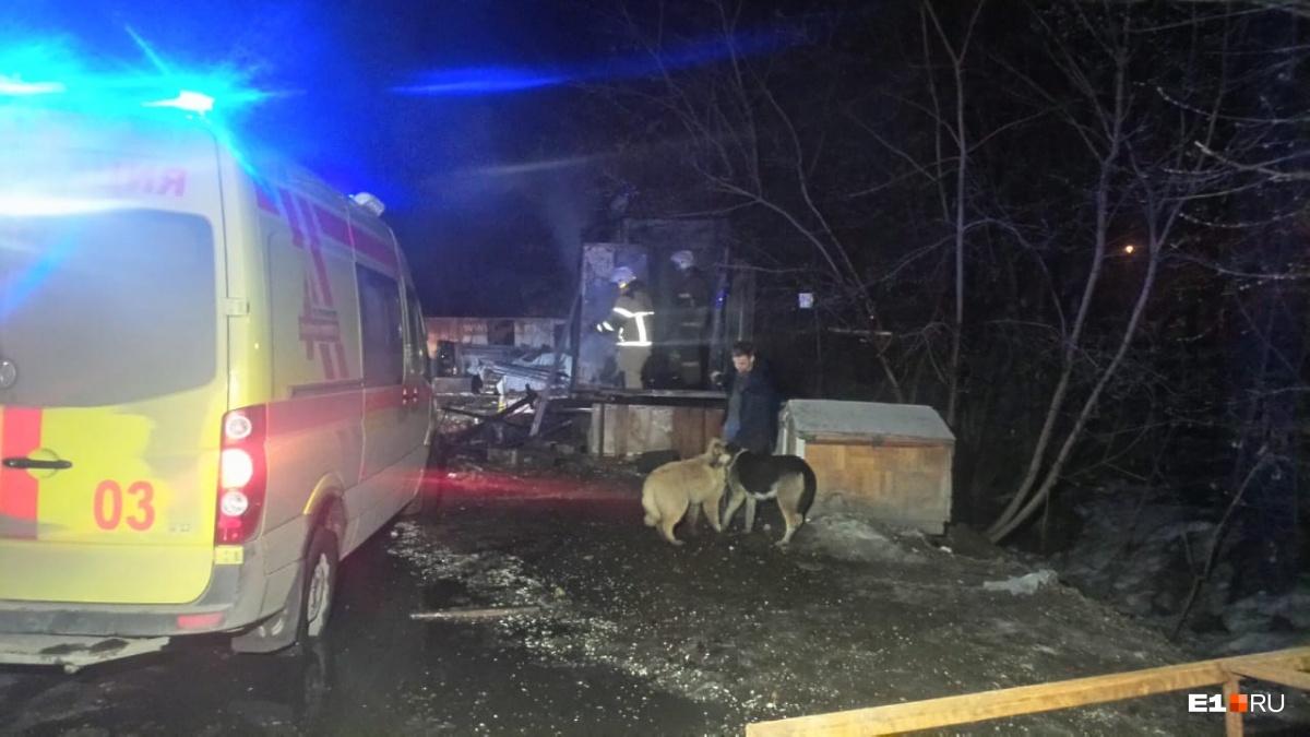 На Сортировке загорелся домик охранника парковки, его самого с ожогами увезли в больницу