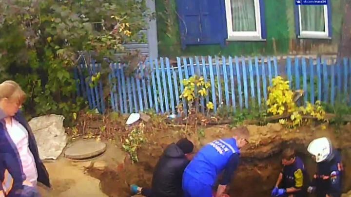 Новосибирец погиб в трехметровой яме, которую сам копал