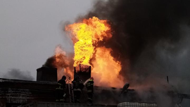 «Остались очаги задымления»: под Волгоградом потушили пожар на складе лака и краски