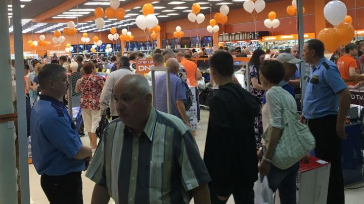 «В очереди раздавали водичку». В супермаркете техники устроили давку на распродаже