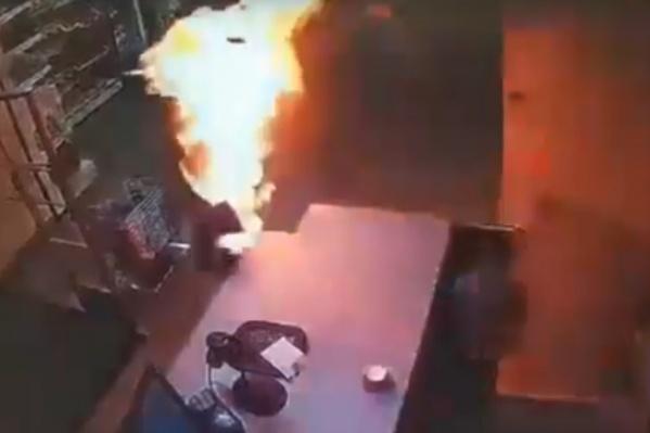 Стоп-кадр видео: охваченная огнем женщина выбегает из подсобного помещения