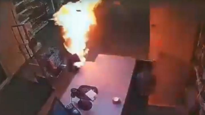 СК: продавщицу, которую в соликамском магазине поджег мужчина, потушила охранница