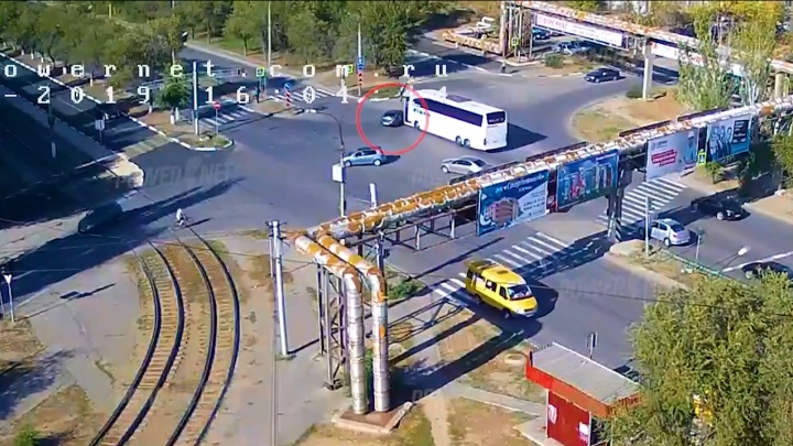 Решил, что проскочит: в Волжском междугородный автобус снес «Ладу-Гранту»