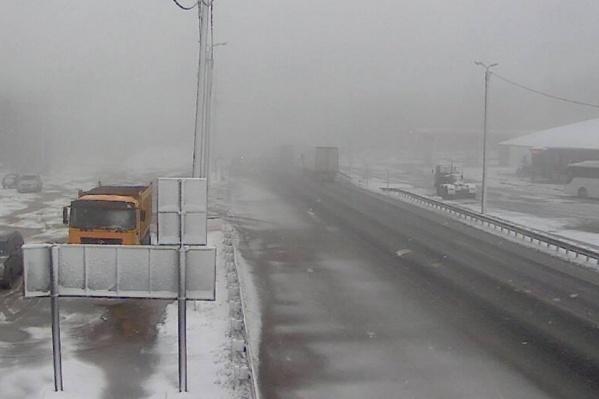 Снег не тает, но дорога в проезжем состоянии