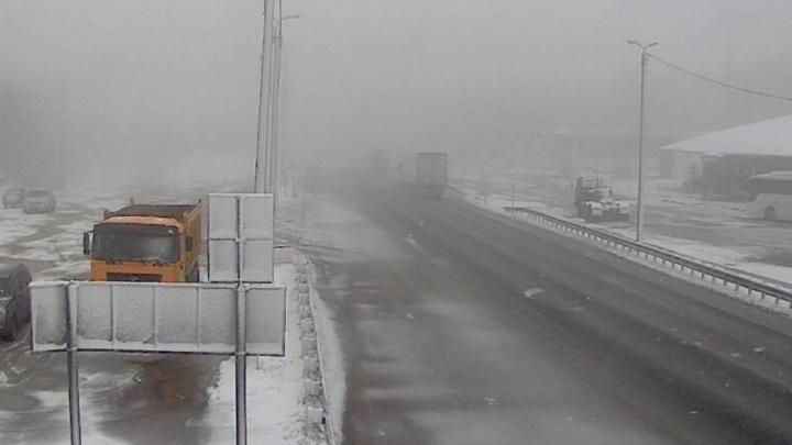 На трассе М-5 в Челябинской области выпал снег