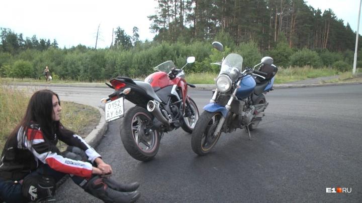 «Ехал в левом ряду и решил повернуть направо»: на Московском тракте столкнулись два мотоциклиста