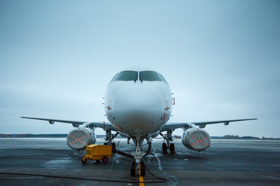 Самолет из Уфы не смог сесть в Тюмени во время грозы и сильного дождя