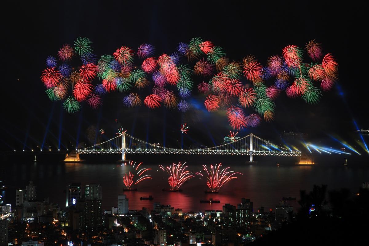 Каждый год в октябре в Пусане проводят международный фестиваль фейерверков, зрелище — фантастическое. Салют пускают с понтонов, установленных у моста Кванан. Посмотреть на фестиваль приходят сотни тысяч человек