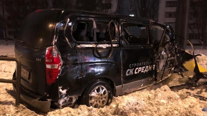 «Дорогу как мылом намазали»: появилось видео момента ДТП, как микроавтобус вылетел в сугроб