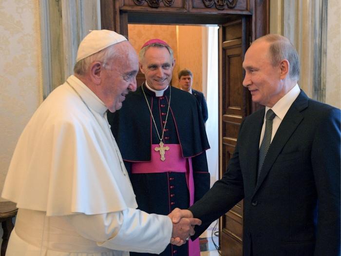Папа Римский и Владимир Путин встретились в Ватикане в библиотеке папского дворца